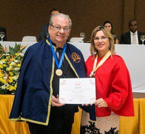 A Presidente da ABRACICON, Dra. Maria Clara Bugarim, empossou o Presidente da AMACIC, Acadêmico Ivan Echeverria, na cadeira nº 1, cujo Patrono é o Contador Domingos de Matos.